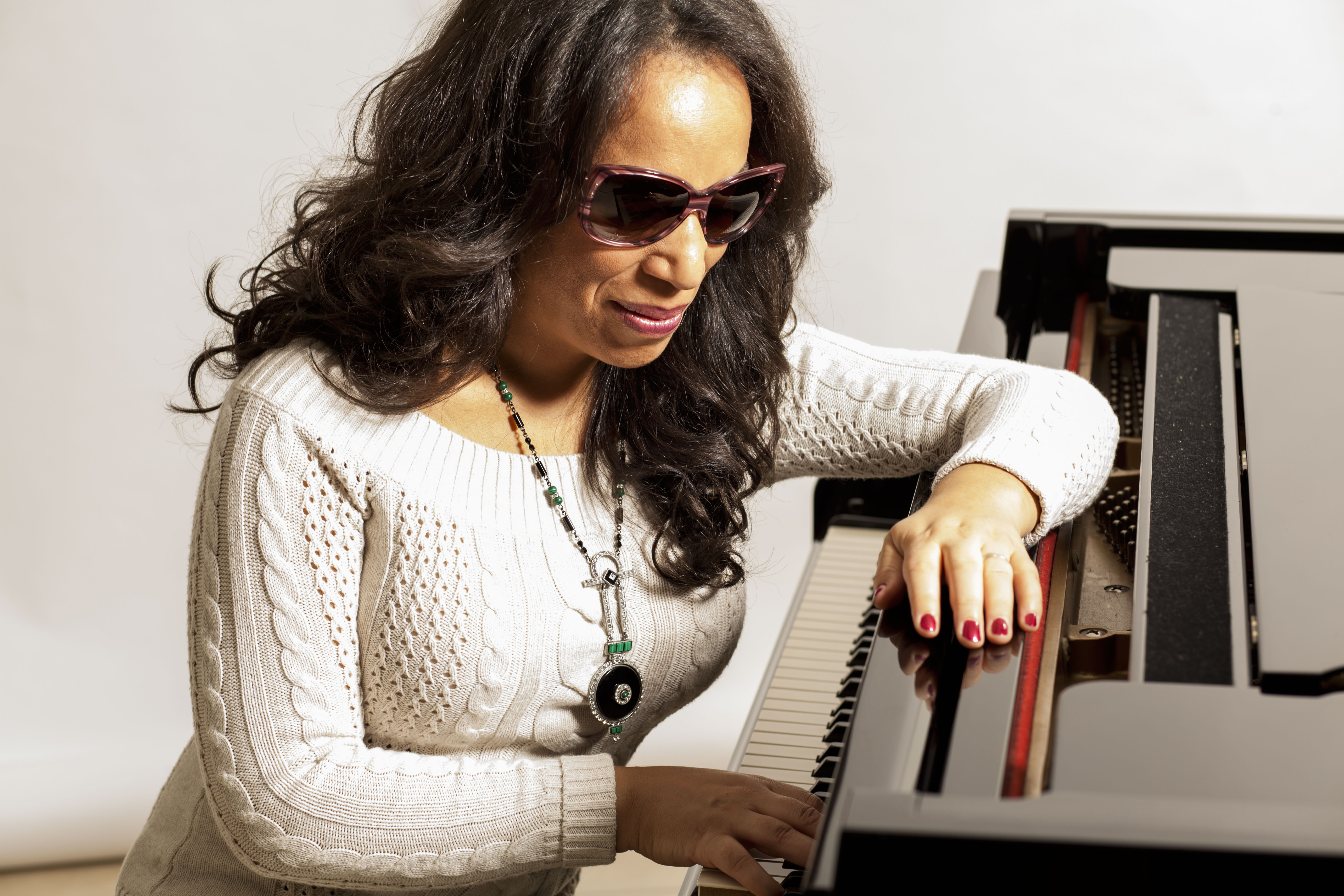 Picture of singer Kiskadee at her grand piano